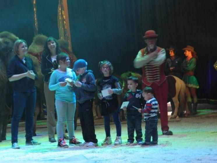 Remise de cadeaux aux enfants sur scène