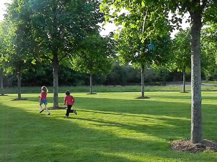Gambader dans le parc