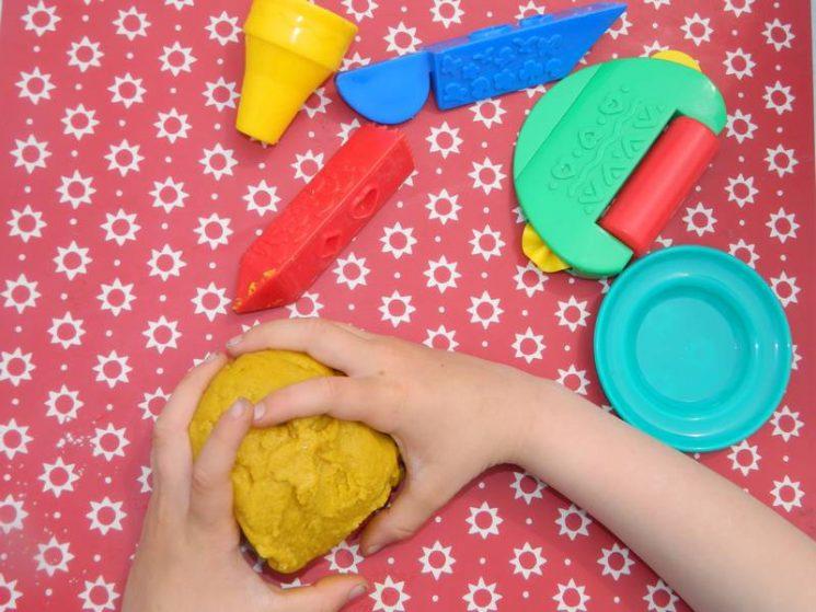 Et on joue avec sa pâte à modeler maison