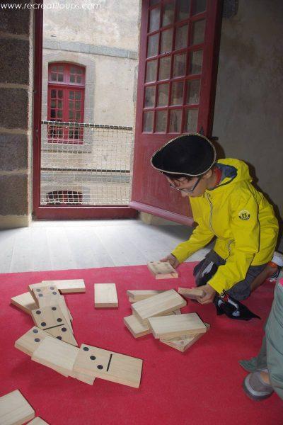 Des jeux en bois dans les cellules