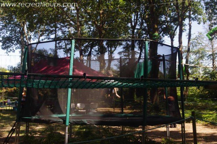 Un trampoline près de l'espace pique-nique