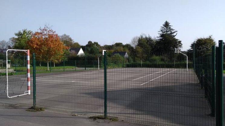 Terrain multisport près de l'aire de jeux