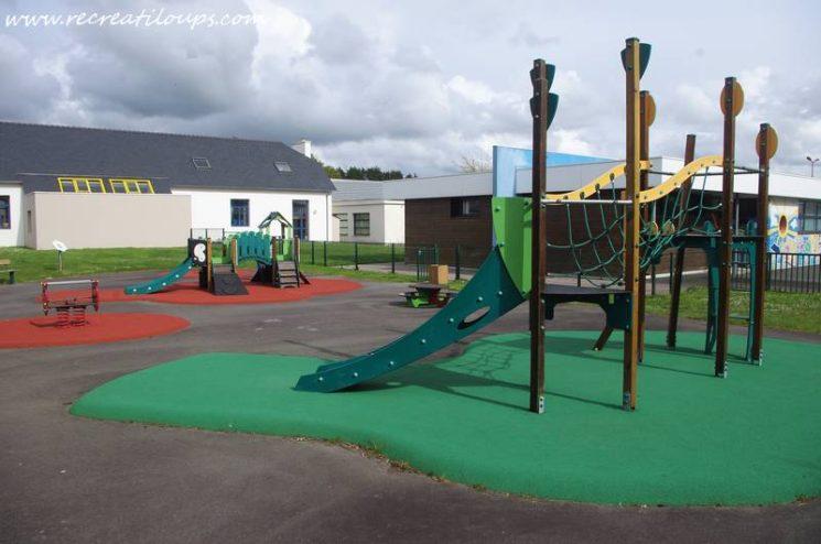 Aire de jeux clôturée à Plouédern