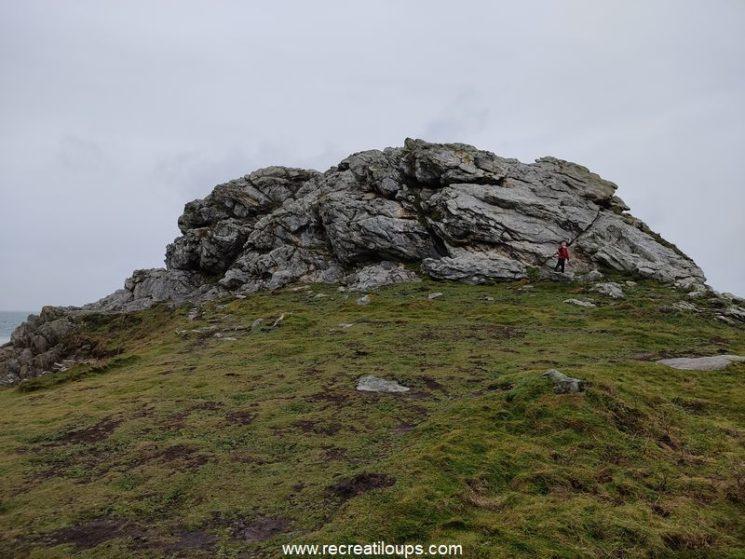 Un immense rocher sur la falaise