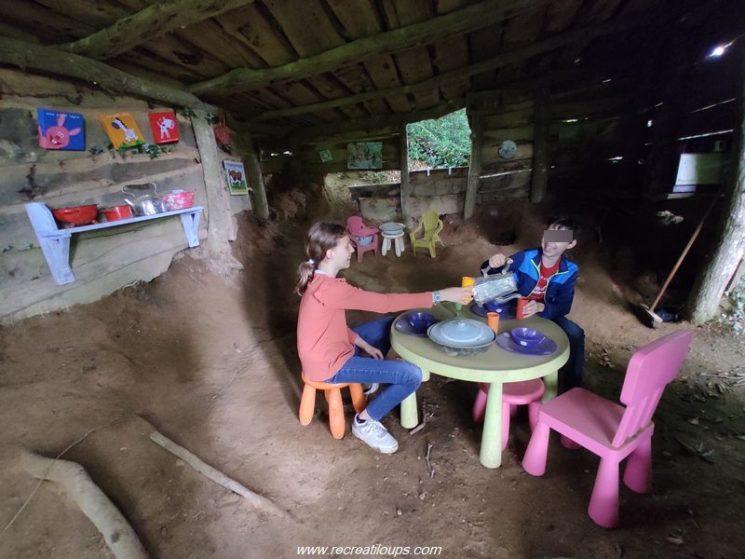 Jouer dans la cabane